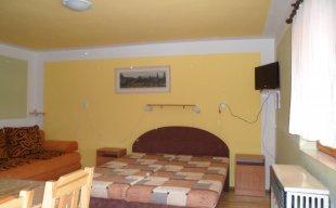 izba č.6 so spoločnou kuchynkou na poschodí